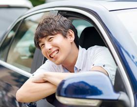 車の窓から笑顔の男性