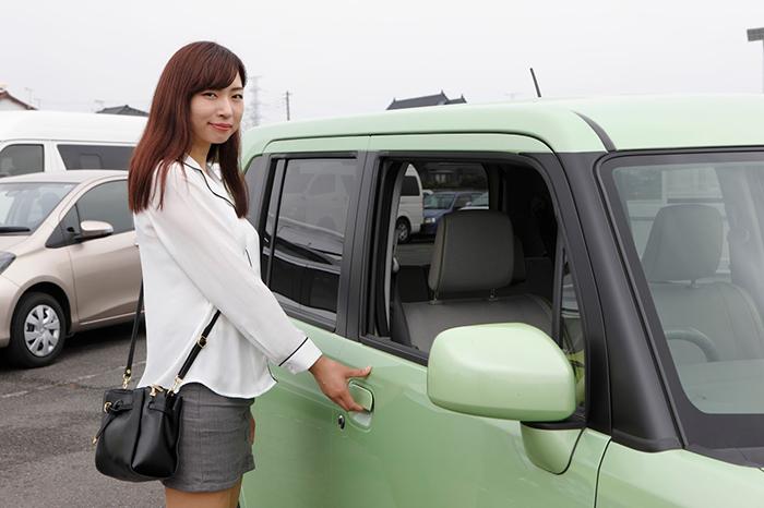 女の人が車に載るところ